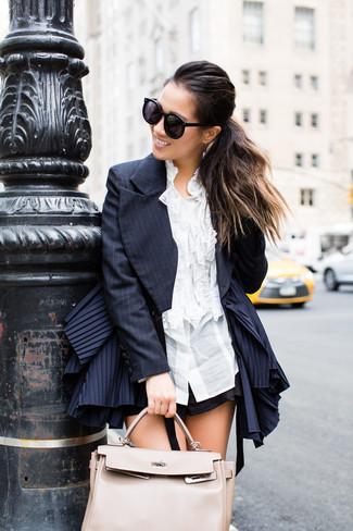 Cómo combinar: blazer de rayas verticales azul marino, camisa de vestir con volante blanca, pantalones cortos negros, bolsa tote de cuero en beige