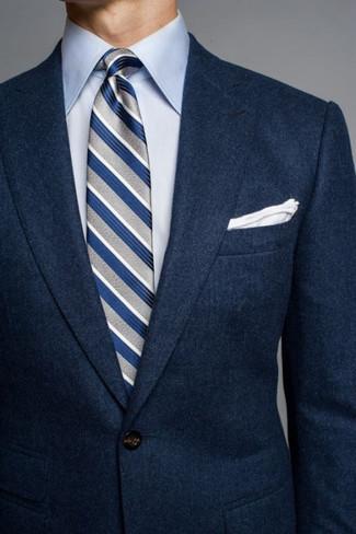Cómo combinar: blazer de lana azul marino, camisa de vestir celeste, corbata de rayas verticales gris, pañuelo de bolsillo blanco