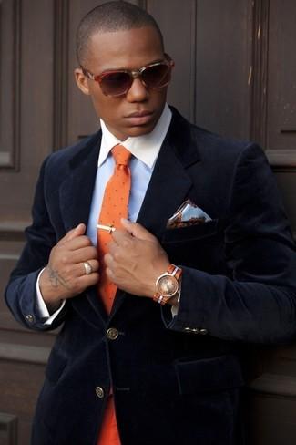 Cómo combinar: blazer de terciopelo azul marino, camisa de vestir celeste, corbata a lunares naranja, pañuelo de bolsillo de seda con print de flores celeste