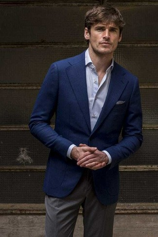 Cómo combinar: blazer azul marino, camisa de vestir celeste, pantalón de vestir en gris oscuro