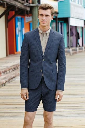 Cómo combinar: blazer azul marino, camisa de vestir en beige, pantalones cortos azul marino