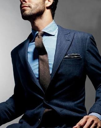 Cómo combinar: blazer de rayas verticales azul marino, camisa de vestir en blanco y azul, corbata de lana de tartán marrón, pañuelo de bolsillo en gris oscuro