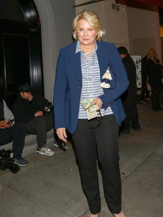Outfits mujeres: Considera ponerse un blazer azul marino y un pantalón de vestir negro para el after office.