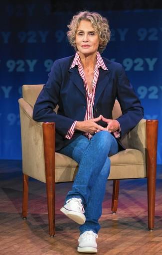 Look de Lauren Hutton: Blazer Azul Marino, Camisa de Vestir de Rayas Verticales en Blanco y Rojo, Vaqueros Azules, Tenis de Lona Blancos