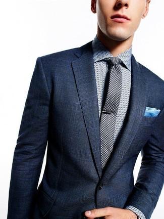 Cómo combinar: blazer de tartán azul marino, camisa de vestir a lunares gris, corbata a lunares negra, pañuelo de bolsillo celeste