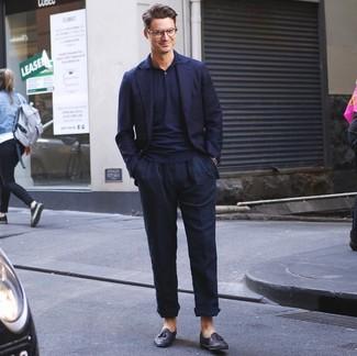 Cómo combinar: blazer azul marino, camisa polo azul marino, pantalón chino de lino azul marino, mocasín con borlas de cuero negro