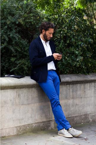Look de moda: Blazer azul marino, Camisa polo blanca, Pantalón chino azul, Zapatillas plimsoll grises