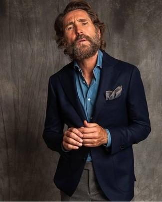 Cómo combinar: blazer de lana azul marino, camisa vaquera azul, pantalón de vestir de lana gris, pañuelo de bolsillo gris