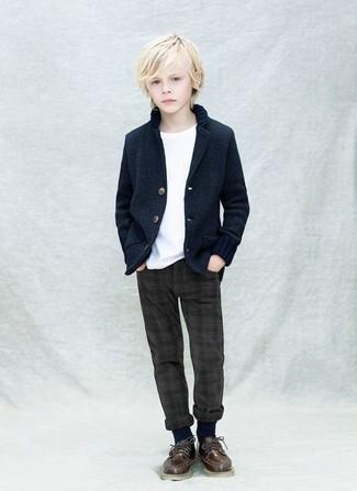 Cómo combinar: blazer azul marino, camiseta blanca, pantalones en gris oscuro, zapatos oxford en marrón oscuro