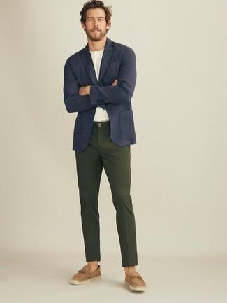 Cómo combinar unas alpargatas de ante marrón claro: Ponte un blazer azul marino y un pantalón chino verde oscuro para un lindo look para el trabajo. ¿Quieres elegir un zapato informal? Opta por un par de alpargatas de ante marrón claro para el día.
