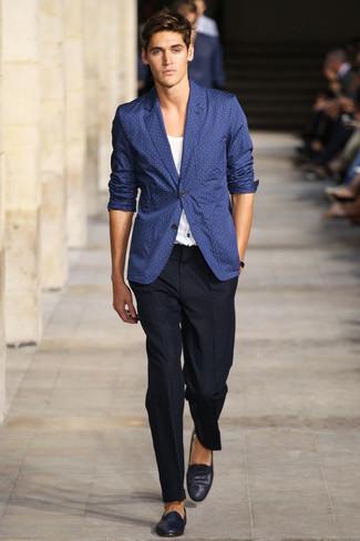 Cómo combinar: blazer a lunares azul marino, camiseta con cuello circular blanca, pantalón de vestir a cuadros negro, mocasín de ante azul marino