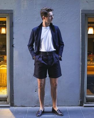 Cómo combinar unos pantalones cortos azul marino: Intenta combinar un blazer azul marino junto a unos pantalones cortos azul marino para un lindo look para el trabajo. Completa tu atuendo con mocasín de cuero en marrón oscuro para mostrar tu inteligencia sartorial.
