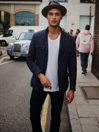 Cómo combinar: blazer de algodón azul marino, camiseta con cuello circular blanca, vaqueros pitillo negros, sombrero de lana en marrón oscuro