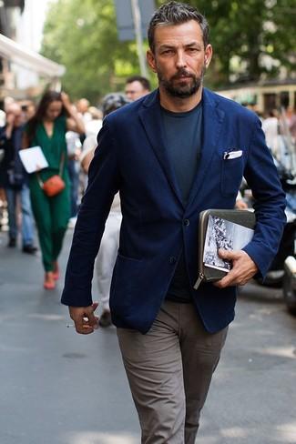 Cómo combinar: blazer de algodón azul marino, camiseta con cuello circular en gris oscuro, pantalón chino gris, pañuelo de bolsillo blanco