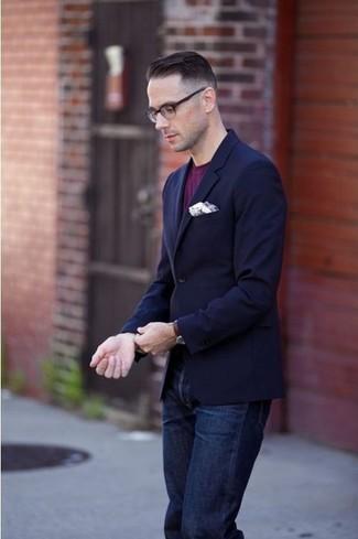 Look de moda: Blazer azul marino, Camiseta con cuello circular morado, Vaqueros azul marino, Pañuelo de bolsillo blanco