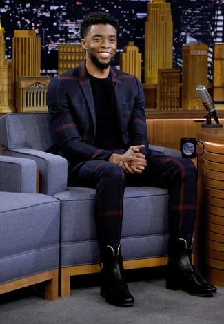 Cómo combinar: blazer de tartán azul marino, camiseta con cuello circular negra, pantalón de vestir a cuadros azul marino, botines chelsea de cuero negros