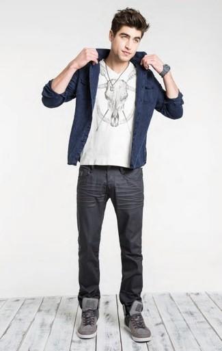 Cómo combinar: blazer de algodón azul marino, camiseta con cuello en v estampada en blanco y negro, vaqueros en gris oscuro, zapatillas altas grises