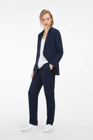Cómo combinar: blazer azul marino, camiseta sin manga de seda blanca, pantalón de vestir azul marino, tenis de cuero blancos