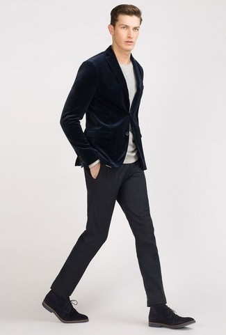Cómo combinar un jersey con cuello circular gris: Emparejar un jersey con cuello circular gris junto a un pantalón de vestir azul marino es una opción incomparable para una apariencia clásica y refinada. Si no quieres vestir totalmente formal, usa un par de botas safari de ante negras.