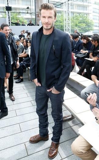 Look de David Beckham: Blazer Azul Marino, Jersey con Cuello Circular Verde Oscuro, Vaqueros Azul Marino, Botas Casual de Cuero en Marrón Oscuro