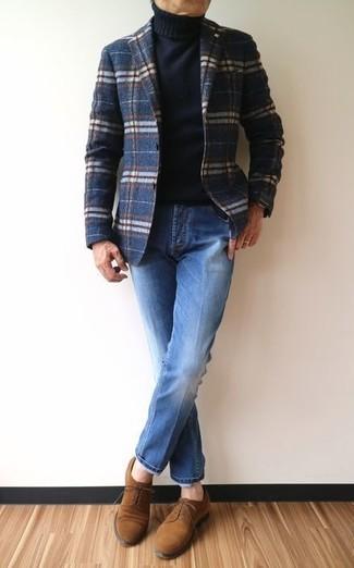 Cómo combinar: blazer de lana de tartán azul marino, jersey de cuello alto negro, vaqueros azules, zapatos derby de ante marrónes