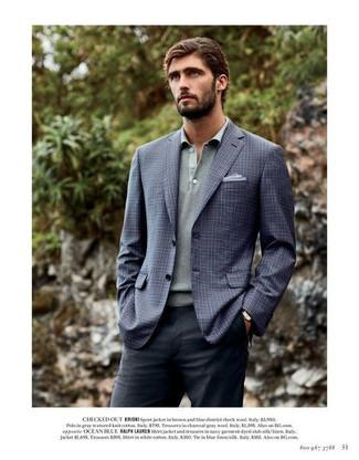 Cómo combinar: blazer a cuadros azul marino, polo de manga larga gris, pantalón de vestir en gris oscuro, pañuelo de bolsillo celeste