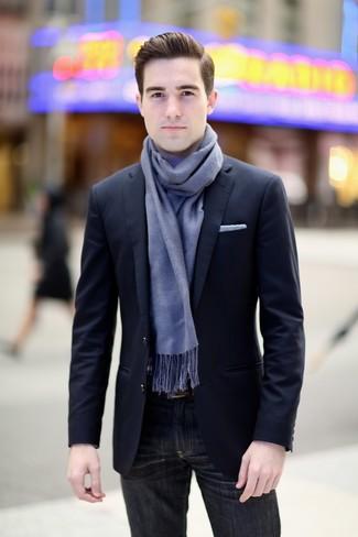 Cómo combinar: blazer azul marino, vaqueros negros, pañuelo de bolsillo blanco, bufanda celeste