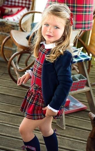 Cómo combinar: blazer azul marino, vestido de tartán rojo, calcetines hasta la rodilla azul marino