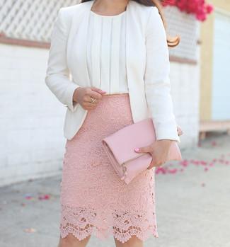 Cómo combinar: blazer blanco, blusa sin mangas de seda blanca, falda lápiz de encaje rosada, cartera sobre de cuero rosada