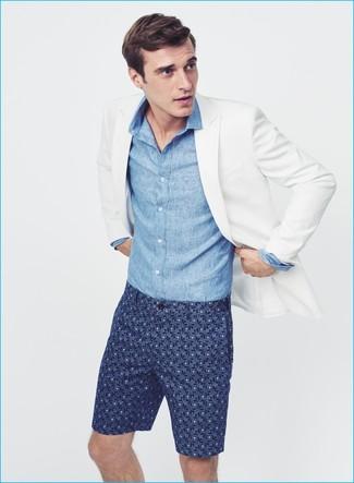 Cómo combinar: blazer blanco, camisa de manga larga de cambray azul, pantalones cortos estampados azul marino