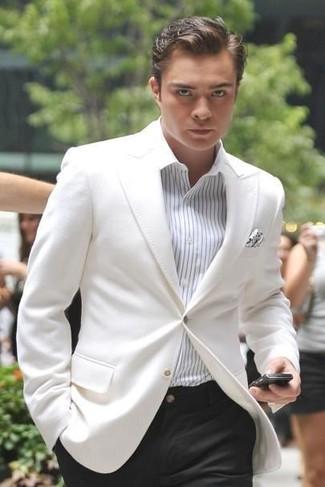 Cómo combinar: blazer blanco, camisa de vestir de rayas verticales blanca, pantalón de vestir negro, pañuelo de bolsillo a lunares blanco