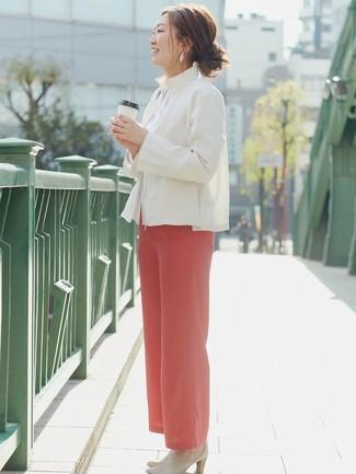 Cómo combinar una camisa para mujeres de 40 años en verano 2020: Elige una camisa y unos pantalones anchos rojos y te verás impresionante en cualquier lugar y en cualquier momento. ¿Te sientes valiente? Elige un par de chinelas de cuero en beige. ¿Buscas un look veraniego? No tiene que buscar  más : este es el look ideal.