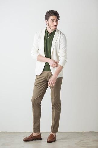 Cómo combinar una camisa polo verde oliva: Considera ponerse una camisa polo verde oliva y un pantalón chino marrón para un almuerzo en domingo con amigos. ¿Te sientes valiente? Complementa tu atuendo con mocasín de cuero marrón.