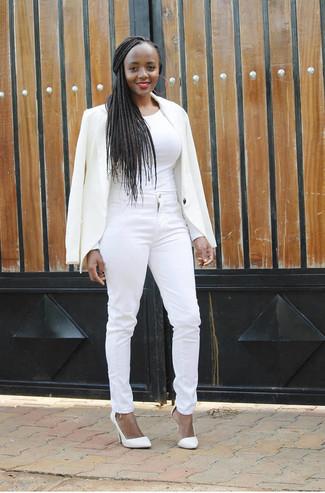 Cómo combinar: blazer blanco, camiseta de manga larga blanca, vaqueros pitillo blancos, zapatos de tacón de cuero blancos