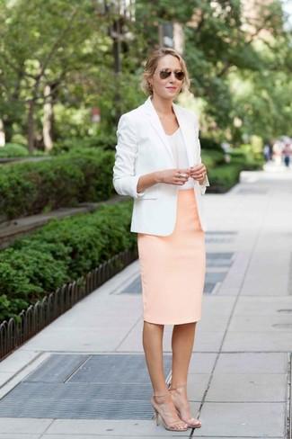 Cómo combinar una falda lápiz rosada: Intenta combinar un blazer blanco con una falda lápiz rosada para lograr un look de vestir pero no muy formal. Sandalias de tacón de cuero en beige son una opción inmejorable para completar este atuendo.
