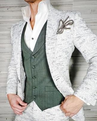 Cómo combinar: blazer de tweed blanco, chaleco de vestir verde oscuro, camisa de vestir blanca, pañuelo de bolsillo blanco