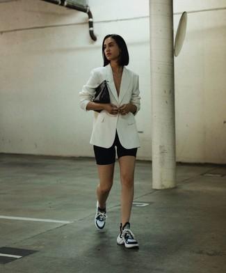 Cómo combinar: blazer blanco, mallas ciclistas negras, deportivas en negro y blanco, cartera sobre de cuero negra