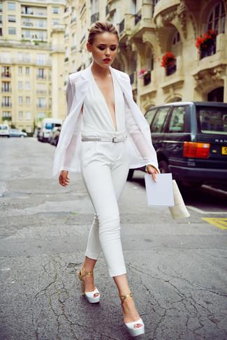 Cómo combinar: blazer blanco, mono blanco, sandalias de tacón de cuero blancas, correa de cuero blanca