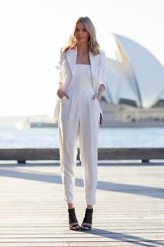 Look de moda: Blazer blanco, Mono blanco, Sandalias de tacón de cuero negras