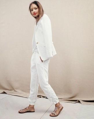 Cómo combinar: blazer blanco, pantalón de pinzas de lino blanco, sandalias planas de goma con adornos transparentes