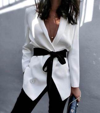 Utiliza un blazer blanco y unos pantalones pitillo negros para cualquier sorpresa que haya en el día.