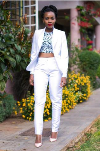 Cómo combinar: blazer blanco, top corto de leopardo en blanco y negro, pantalón de vestir blanco, zapatos de tacón de cuero rosados