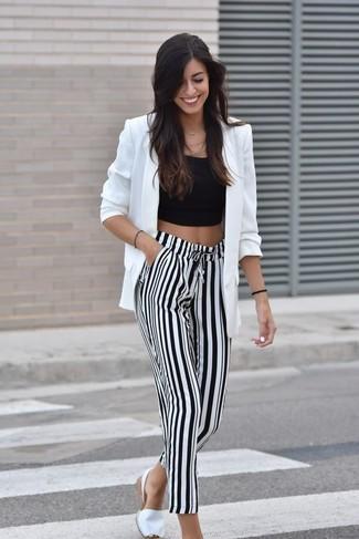 Cómo combinar: blazer blanco, top corto negro, pantalones anchos de rayas verticales en blanco y negro, alpargatas blancas