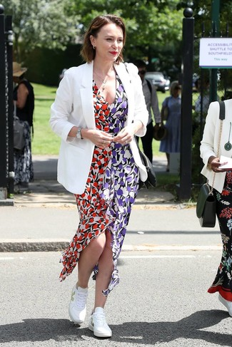 Look de moda: Blazer blanco, Vestido largo con print de flores en multicolor, Tenis blancos, Reloj plateado