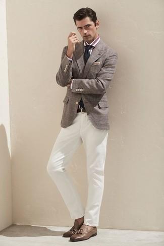 Cómo combinar un blazer en beige: Ponte un blazer en beige y un blazer de tartán gris para lograr un estilo informal elegante. Mocasín con borlas de cuero marrón son una forma sencilla de mejorar tu look.