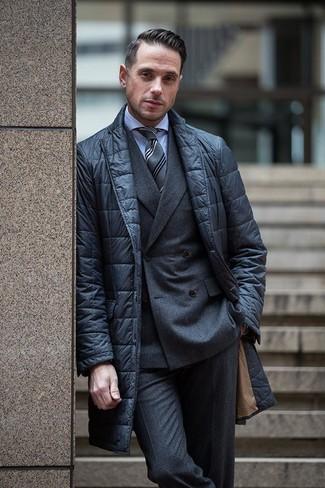 Cómo combinar: blazer acolchado negro, blazer cruzado de lana en gris oscuro, camisa de vestir celeste, pantalón de vestir de lana en gris oscuro