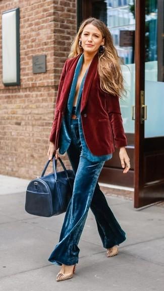 Cómo combinar: blazer de terciopelo rojo, blazer de terciopelo en turquesa, pantalones anchos de terciopelo en turquesa, zapatos de tacón de cuero con tachuelas en beige