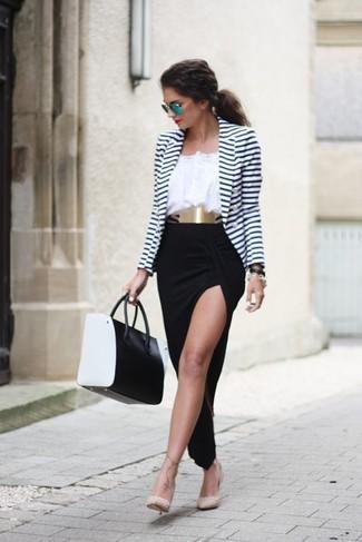 Cómo combinar: blazer de rayas horizontales en blanco y azul marino, blusa campesina blanca, falda larga con recorte negra, zapatos de tacón de cuero con tachuelas en beige