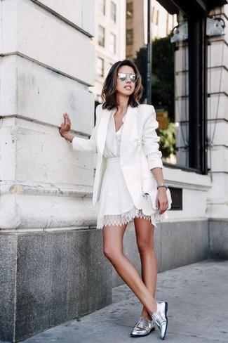 Cómo combinar: blazer blanco, blusa de botones blanca, falda skater de encaje blanca, mocasín de cuero plateados