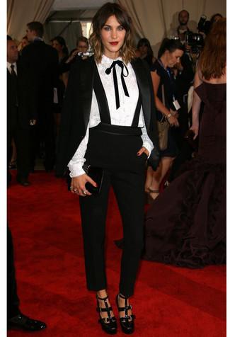 Cómo combinar: blazer de terciopelo negro, blusa de botones de encaje blanca, pantalón de pinzas negro, zapatos de tacón de cuero con recorte negros